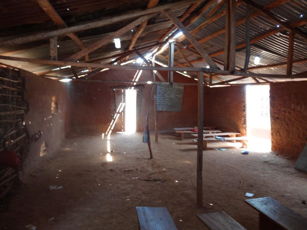 Binnenkant lemen klaslokaal